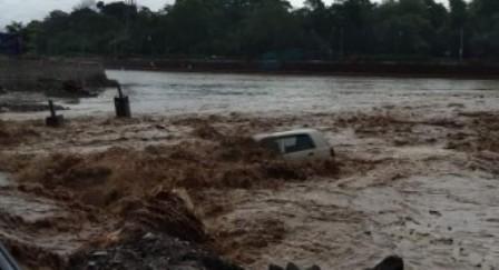 हरिद्वार: तेज बारिश के कारण सूखी नदी के तेज बहाव में बही कारें