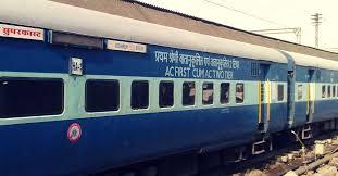 ट्रेन से गिरकर युवक घायल, टीटी पर धक्का देने का आरोप